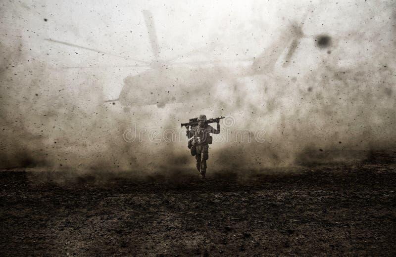 Militär soldat och helikopter mellan stormen royaltyfria foton