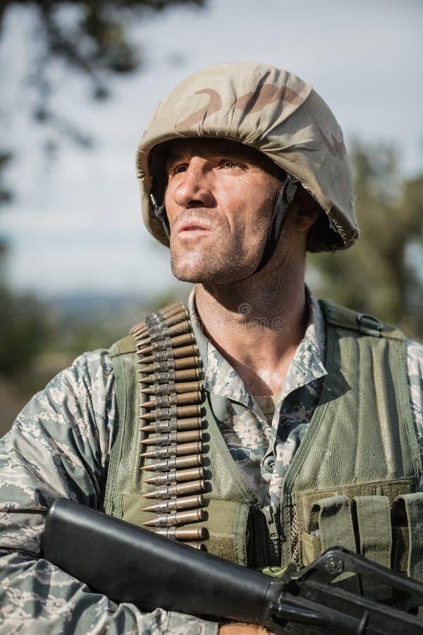 Militär soldat under utbildningsövning med vapnet arkivfoto
