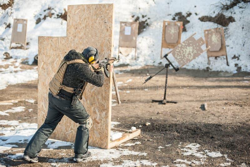 Militär soldatskytte från gevärmaskingeväret på flyttningmål arkivbilder