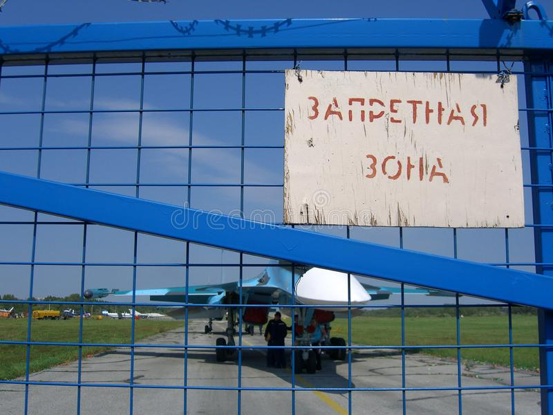 Militär strålkämpenivå på ett privat flygfält i Novosibirsk royaltyfria bilder