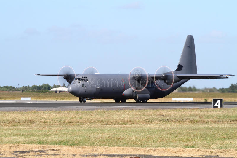 Militär transportnivå för C-130 Hercules arkivfoton