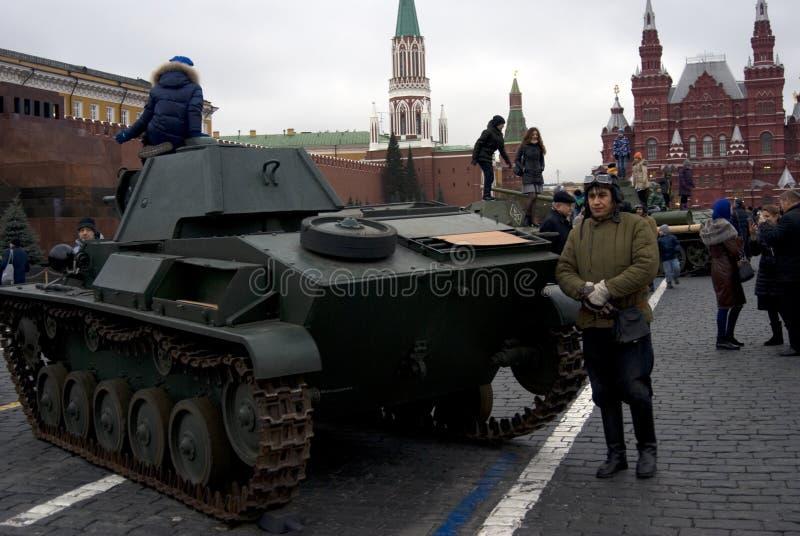 Militär utrustning av det andra världskriget som visas på den röda fyrkanten i Moskva royaltyfria foton
