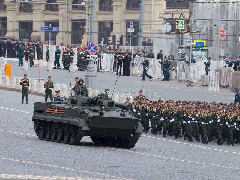 Militär utrustning och militären ståtar på seger arkivbilder