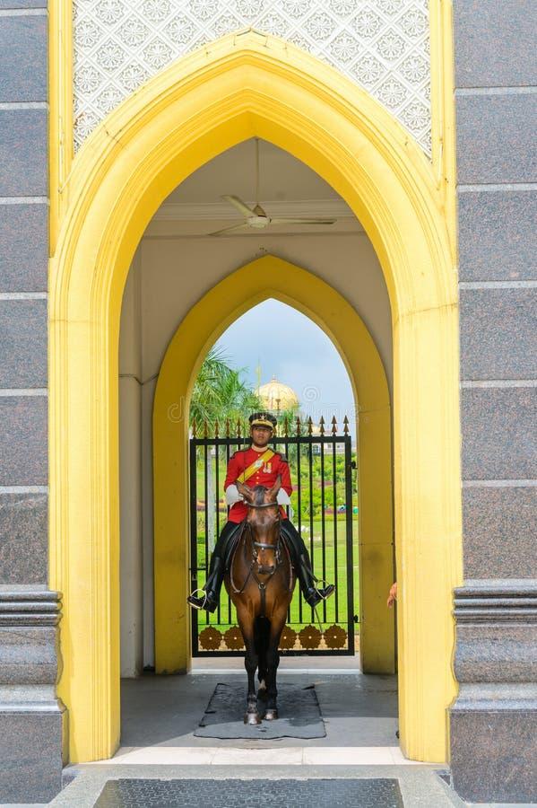 Militär vakt som är tjänstgörande på Istana Negara den nationella slotten av Malaysia royaltyfria foton