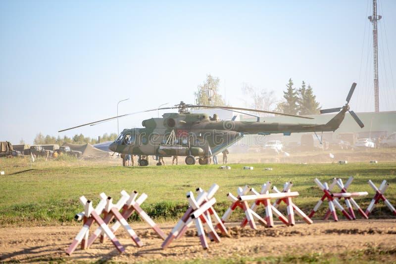 Militära helikopterländer på jordningen under militärövning arkivfoton