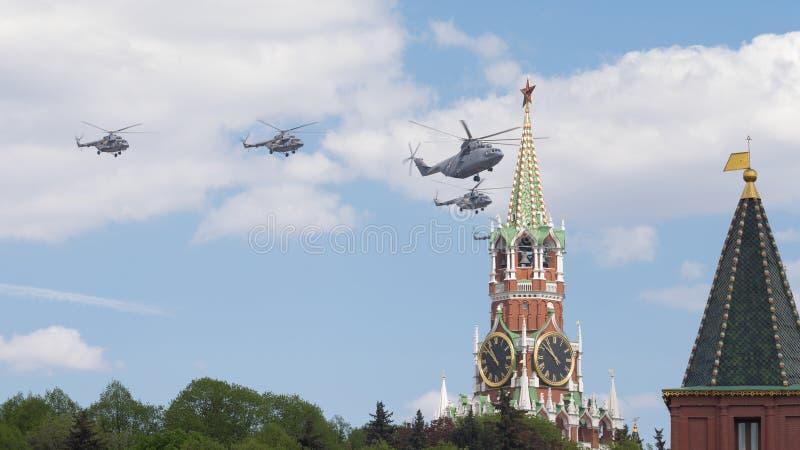 Militära helikoptrar över röd fyrkant i Moskva royaltyfria foton