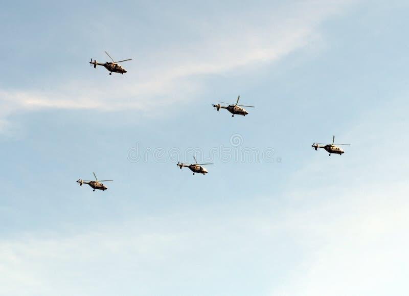 Militära helikoptrar Ansat-U på repetition av ståtar i heder av Victory Day i stort patriotiskt krig royaltyfri foto