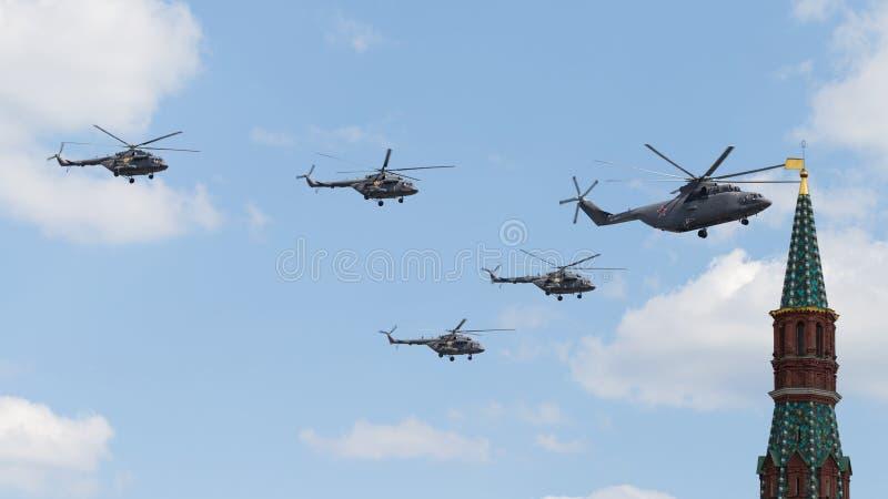Militära helikoptrar på Victory Parade i Moskva arkivfoto