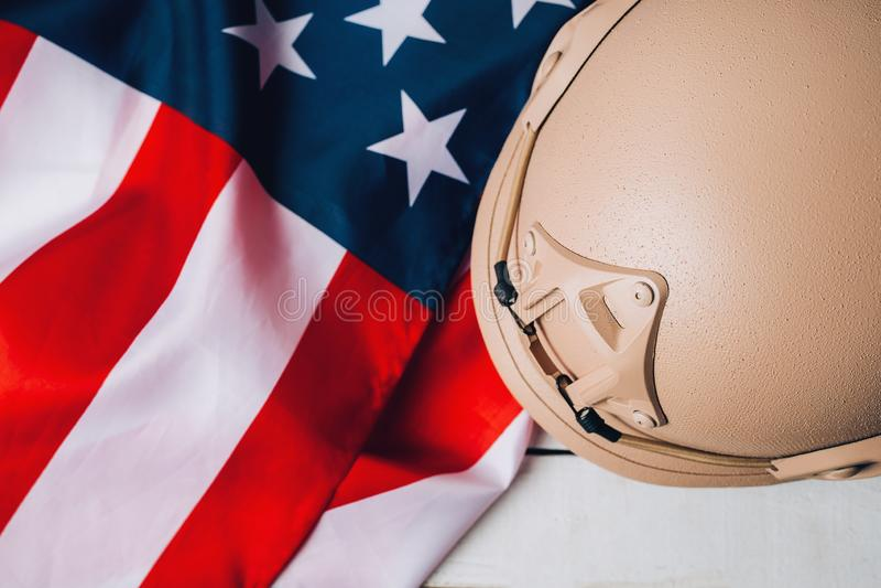 Militära hjälmar och amerikanska flaggan på bakgrund royaltyfria bilder
