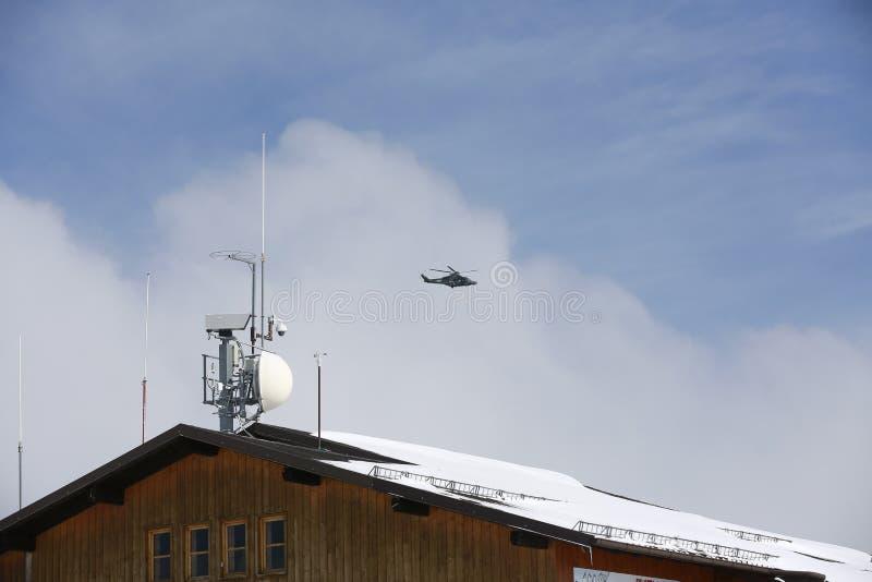 1 militära ockupationräddningsaktion för helikopter Italiensk militär helikopter i himlen Militär helikopter mot bakgrunden av en royaltyfri fotografi
