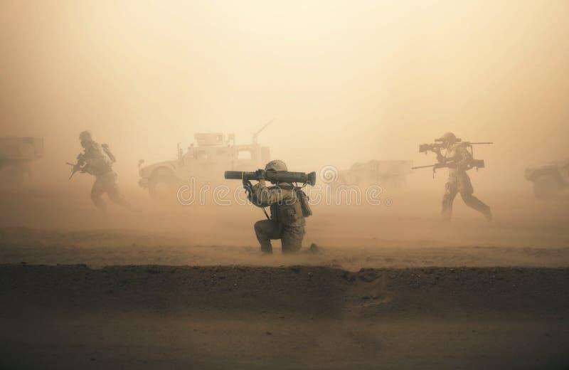 Militära soldater och maskiner på vägen royaltyfri foto