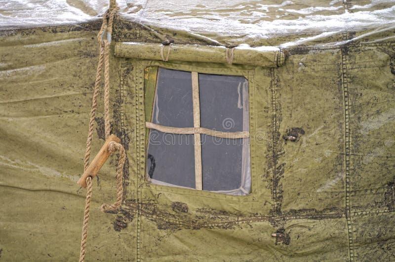 Militära tält för fönster vinter snö, skog arkivfoton