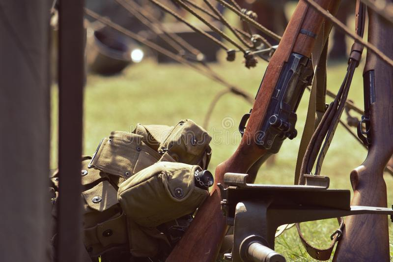 Militära vapen och ryggsäckar fotografering för bildbyråer