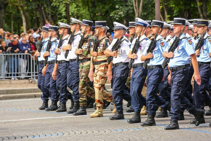 Militären ståtar av nationell gendarmeri (passage) under ceremonieln av den franska nationella dagen, Cham royaltyfri bild