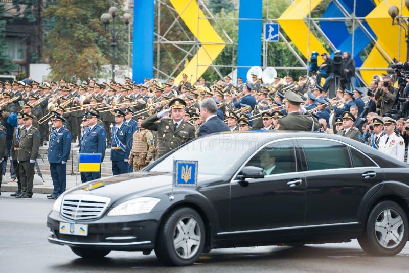Militären ståtar i Kyiv, AUGUSTI 24, 2016 arkivbild