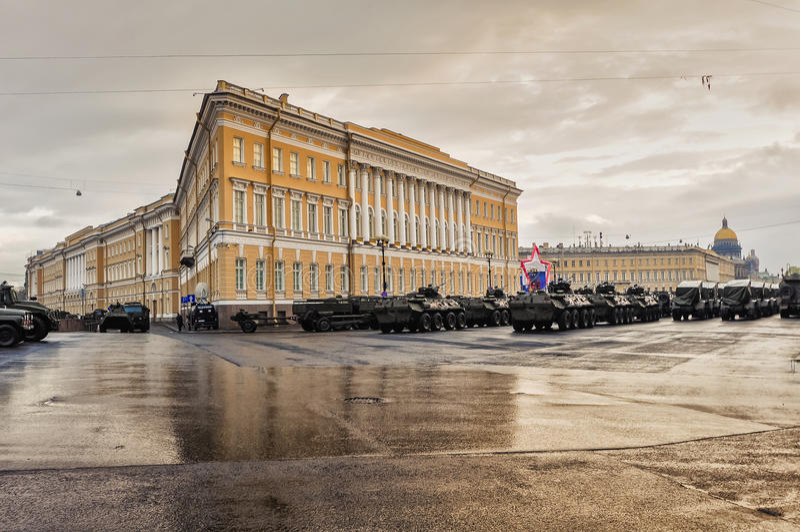 Militären ståtar i St Petersburg, Ryssland arkivfoto