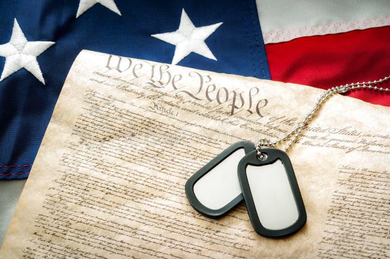 Militärerkennungsmarken, die US-Konstitution und die amerikanische Flagge stockfoto