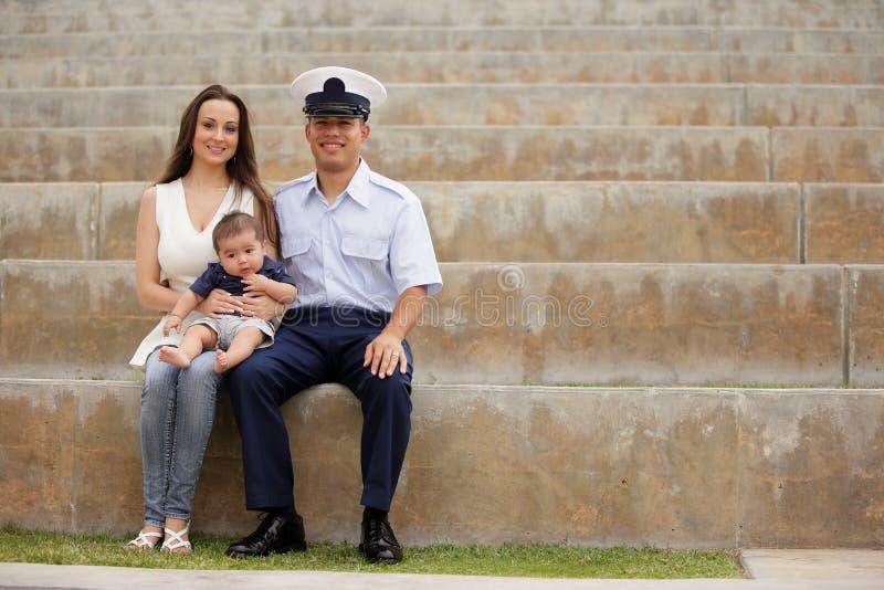 Militärfamilie, die im Park sitzt lizenzfreie stockfotos