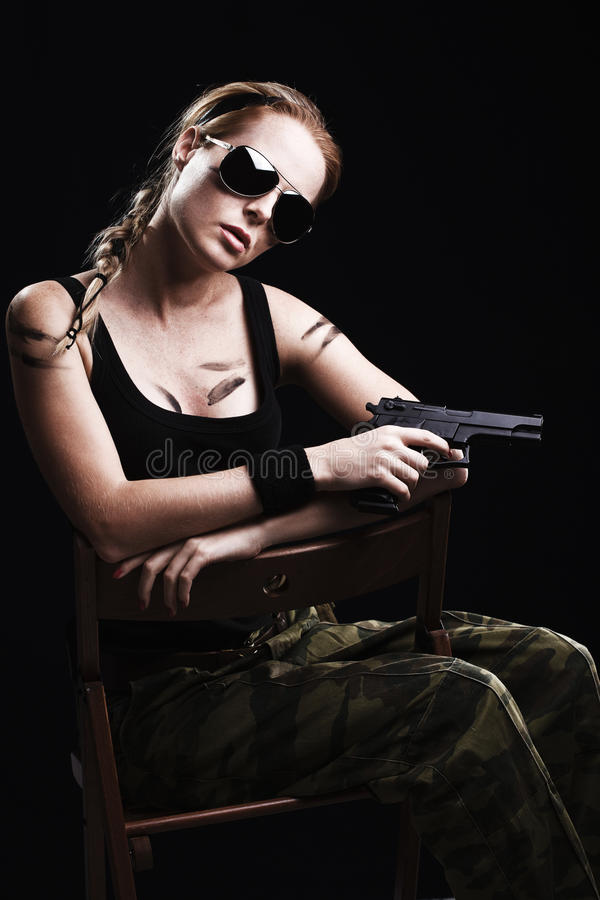 Militärfrau, die mit Gewehr aufwirft lizenzfreie stockbilder
