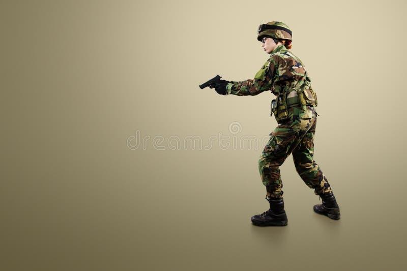 Militärfrau lokalisiert über weißem Hintergrund lizenzfreie stockbilder