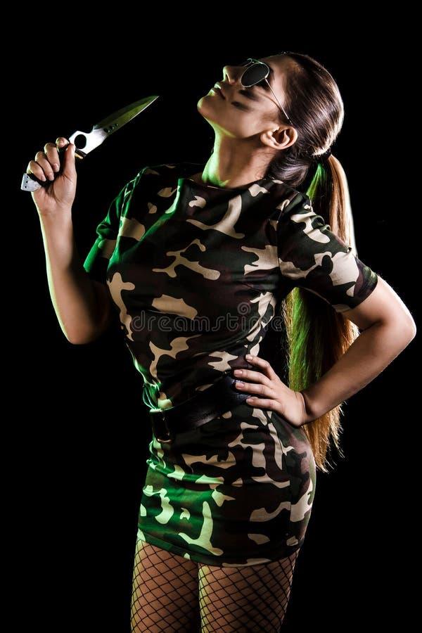 Militärfrau mit einem Messer stockfoto