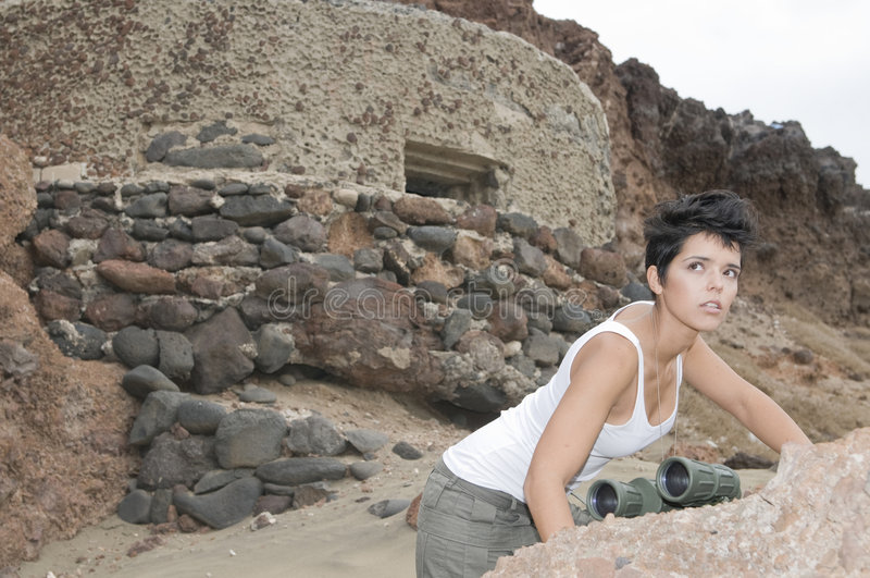 Militärfrau nahe einem Bunker stockfotografie