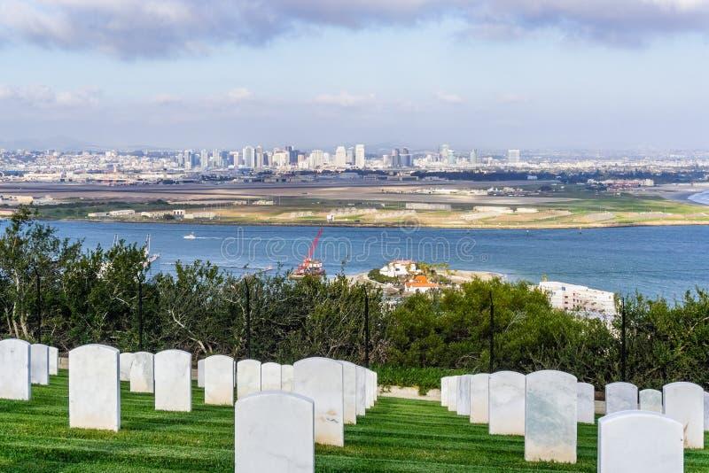 Militärfriedhof; San Diegos Skyline im Hintergrund, Kalifornien lizenzfreie stockbilder