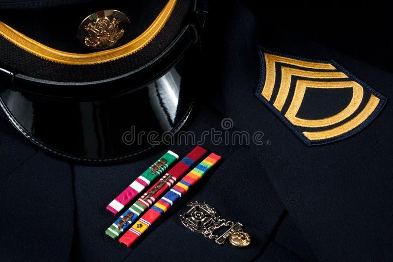 Militärhut und formale Uniform mit Dekorationen stockbild