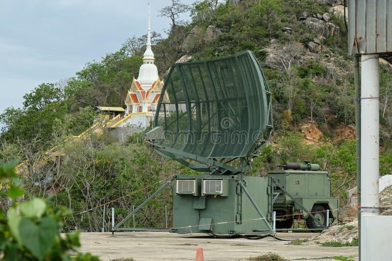 Militärische bewegliche Radarstation auf dem Hügel nahe Hua Hin-Stadt, Thailand lizenzfreie stockfotografie
