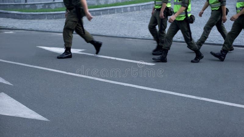 Militärische Streitkraft behält öffentliche Sicherheit während des Sportereignisses oder des Festivals, Patrouille bei stockbilder