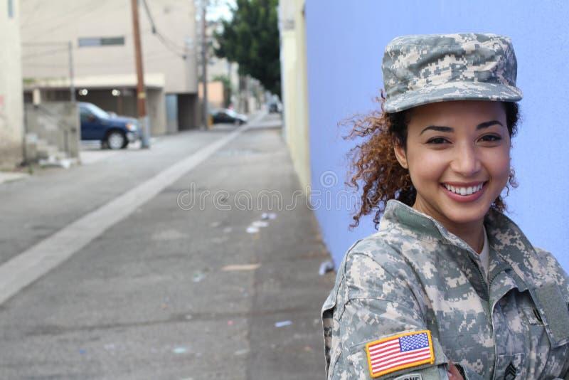 Militärisches weibliches Lächeln mit Kopienraum stockfoto