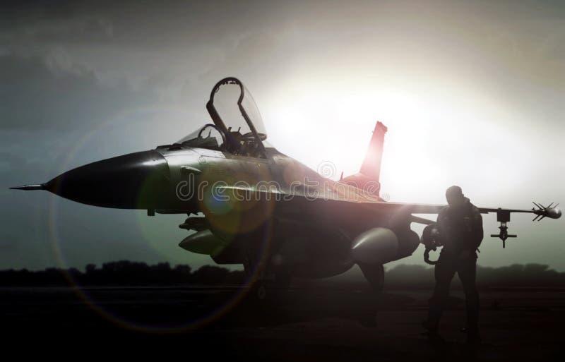 Militärjet im Schattenbild mit dem Piloten, der weg geht stockfotografie
