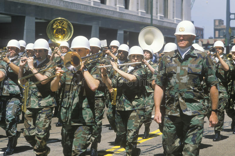 Militärkapelle, die in die Armee-Parade Vereinigter Staaten, Chicago, Illinois marschiert lizenzfreies stockbild