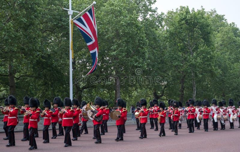 Militärkapelle, die hinunter das Mall in London, Großbritannien marschiert Foto gemacht während sich sammeln die Farbzeremonie stockfoto