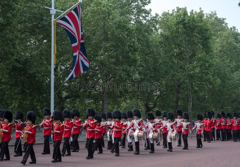 Militärkapelle, die hinunter das Mall in London, Großbritannien marschiert Foto gemacht während sich sammeln die Farbzeremonie lizenzfreie stockfotos
