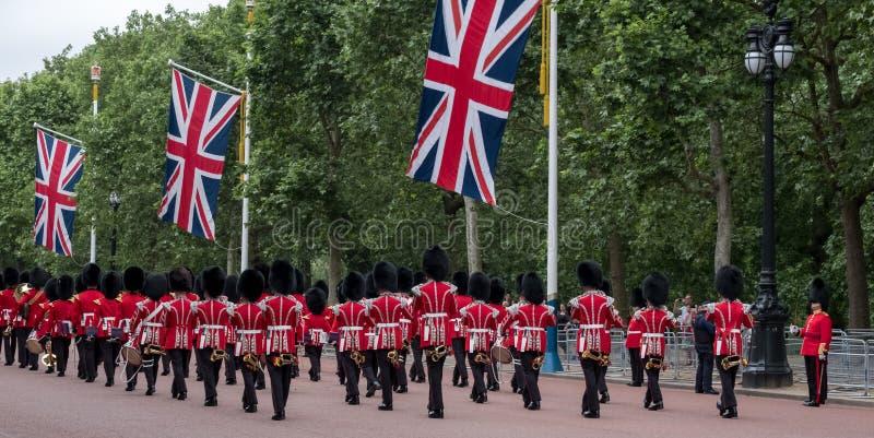 Militärkapelle marschiert hinunter das Mall während sich sammeln die Farbmilitärzeremonie London Großbritannien stockbilder