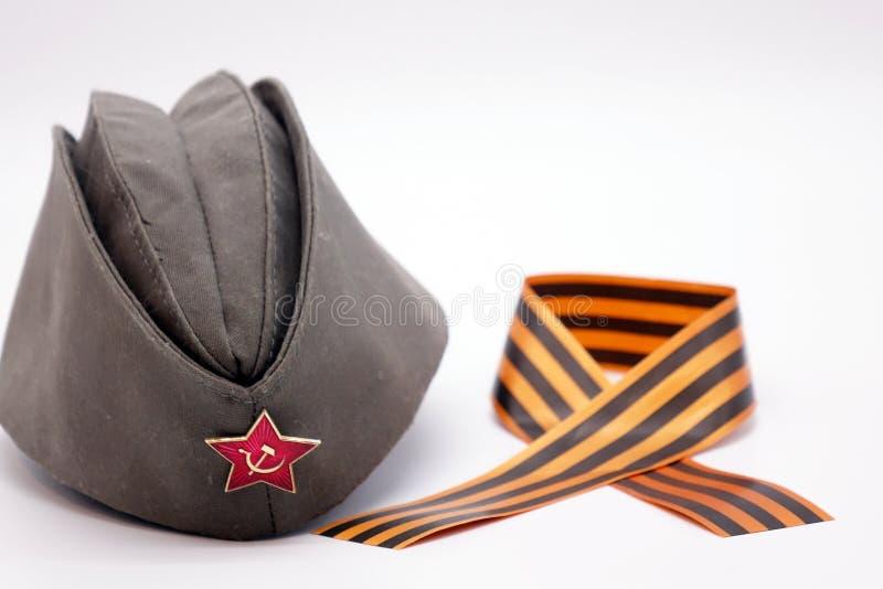Militärkappe mit kommunistischer Dekoration, der rote Stern mit Hammer und Sichel St. lizenzfreies stockfoto