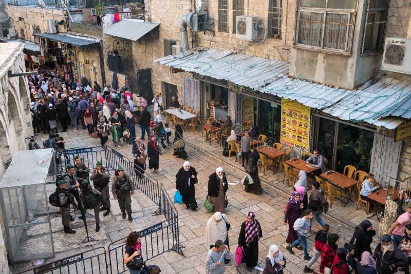 Militärkontrollpunkt auf touristy über Dolorosa-Straße in Jerusalem, Israel lizenzfreie stockfotos