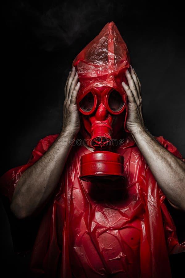 Militärkonzept, Mann mit roter Gasmaske. stockbilder