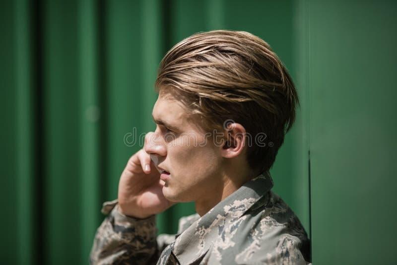 Militärsoldat, der am Handy spricht stockbild