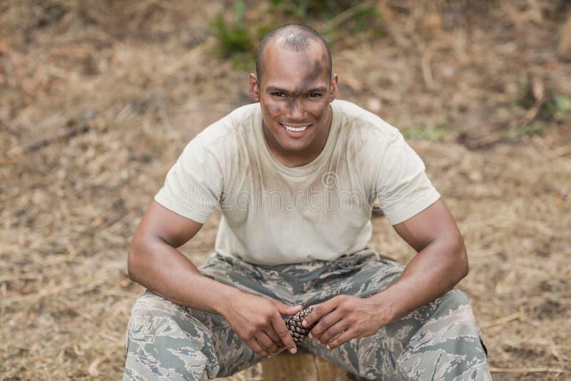 Militärsoldat, der während des Hindernistrainings sich entspannt lizenzfreie stockfotografie