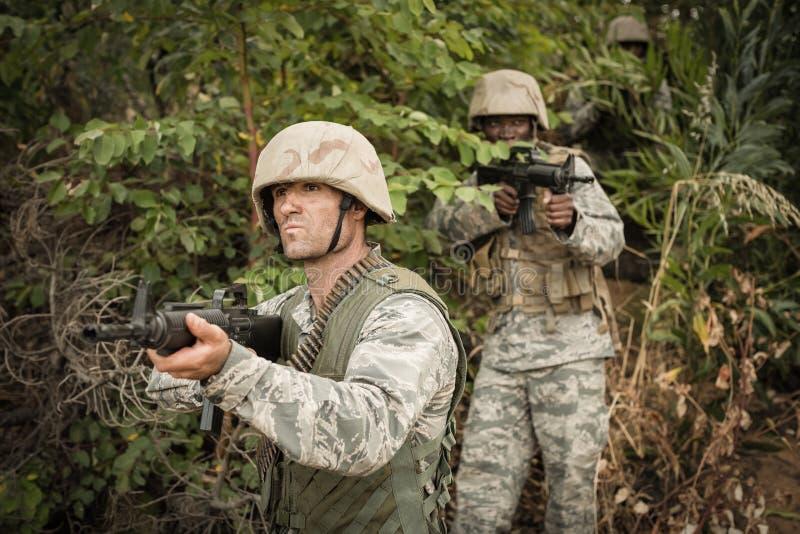 Militärsoldaten während der Schulungsübung mit Waffe lizenzfreies stockbild