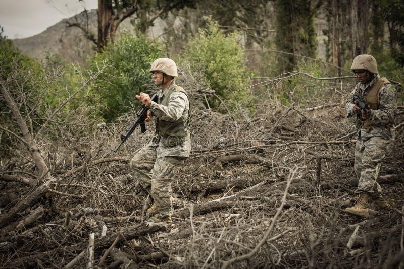 Militärsoldaten während der Schulungsübung mit Waffe stockbild