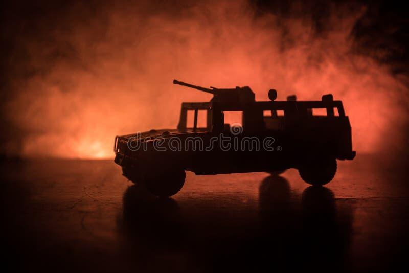 Militärstreifenwagen auf dunklem getontem nebeligem Hintergrund Armeekriegskonzept Schattenbild des gepanzerten Fahrzeugs mit Gew stockbilder
