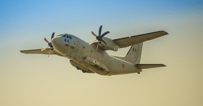Militärt flygplan från Rumänien arkivbild