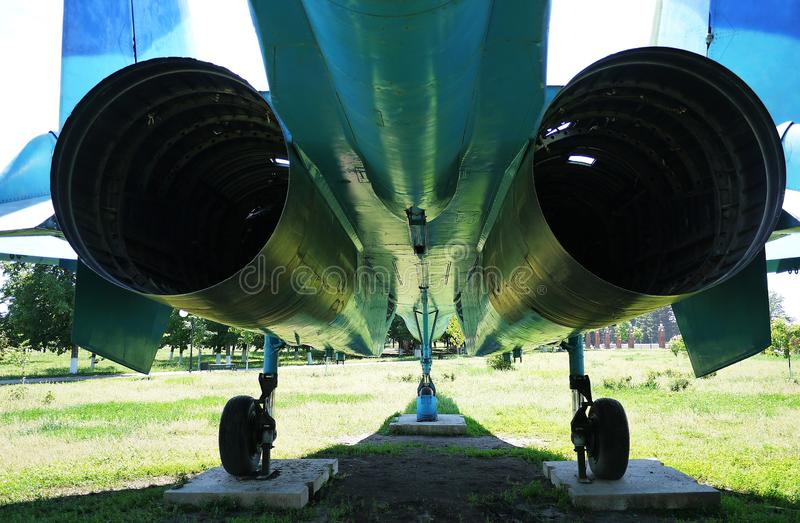 Militärt flygplan som parkeras på jordningen Detaljer och n?rbild fotografering för bildbyråer