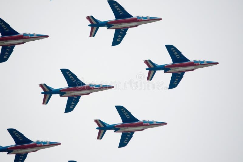 Militärt flygplan som visar en grupp av konstflygning i himlen arkivbild