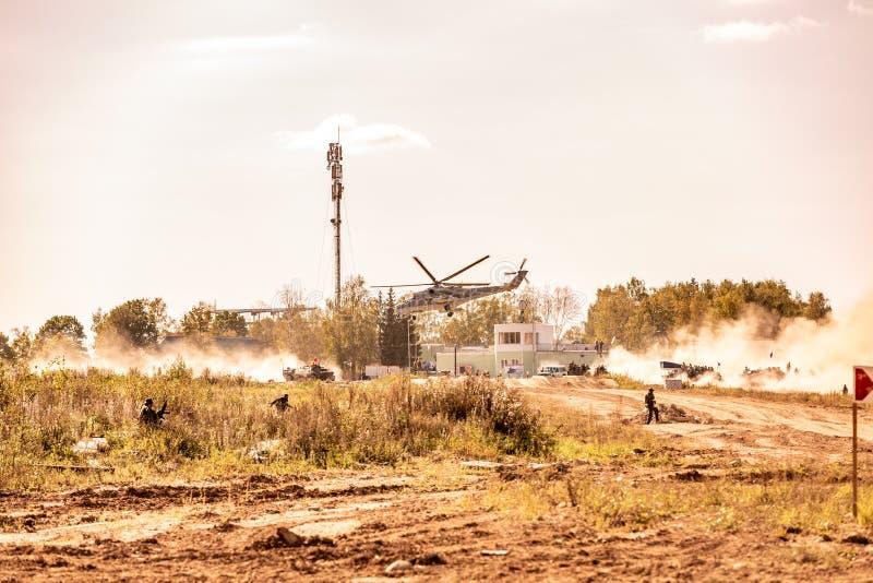 Militärt helikopterflyg under övningen som utför en militär demonstration royaltyfri fotografi
