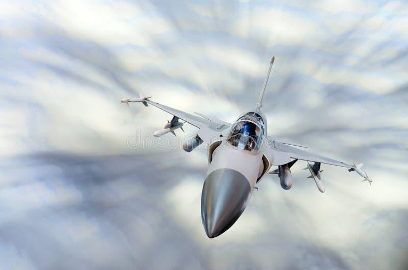 Militärt kämpeflygplan på den hög hastigheten som högt flyger i himlen royaltyfri bild