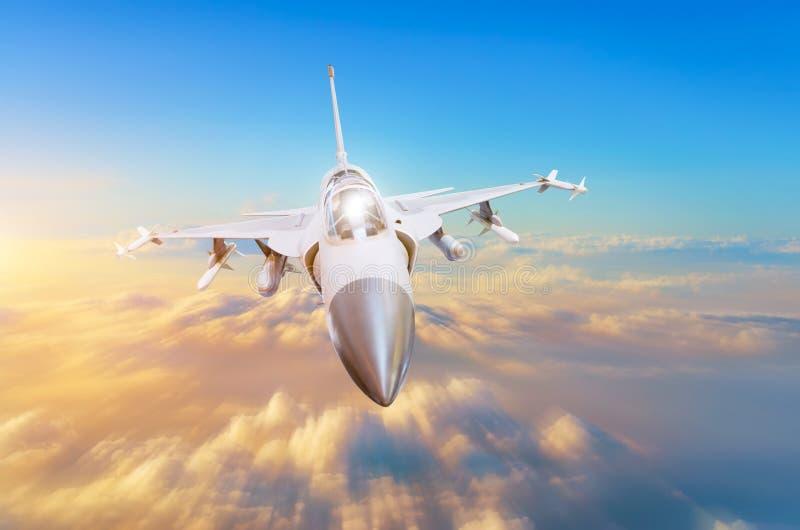 Militärt kämpeflygplan på den hög hastigheten som högt flyger i himmelsolnedgången royaltyfria foton